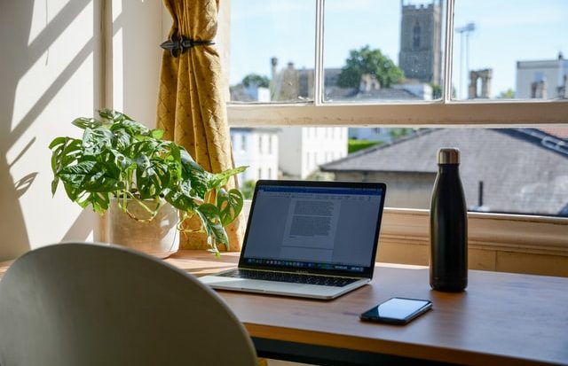 Aproveitar a luz natural, preparar a própria alimentação e desligar o computador quando não estiver trabalhando ajudam a diminuir despesas